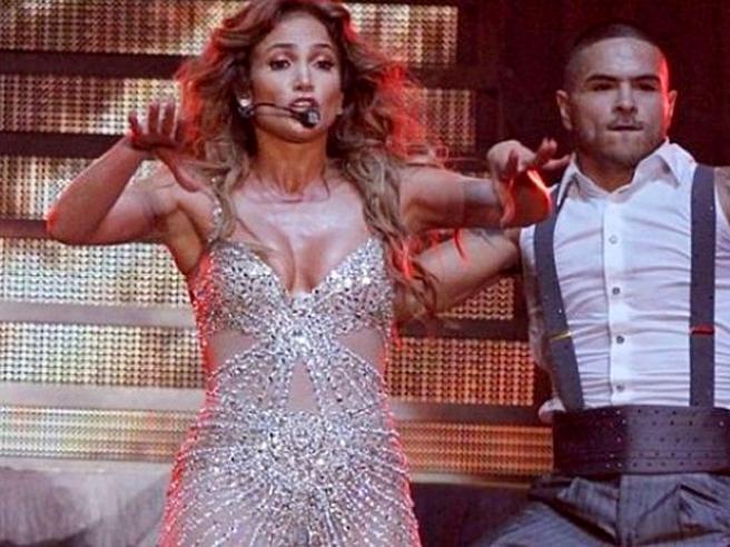 Дженнифер Лопес во время концерта оголила грудь (фото) .
