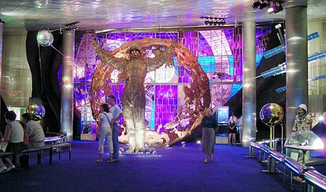 """Где расположен и как добраться. музей находится в Москве, возле монумента  """"Покорителям космоса """" у метро ВДНХ."""